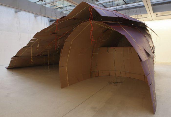 Unterschlupf, 235x680x950 cm, Hartpappe, Lack, Polyamidschnüre 2009